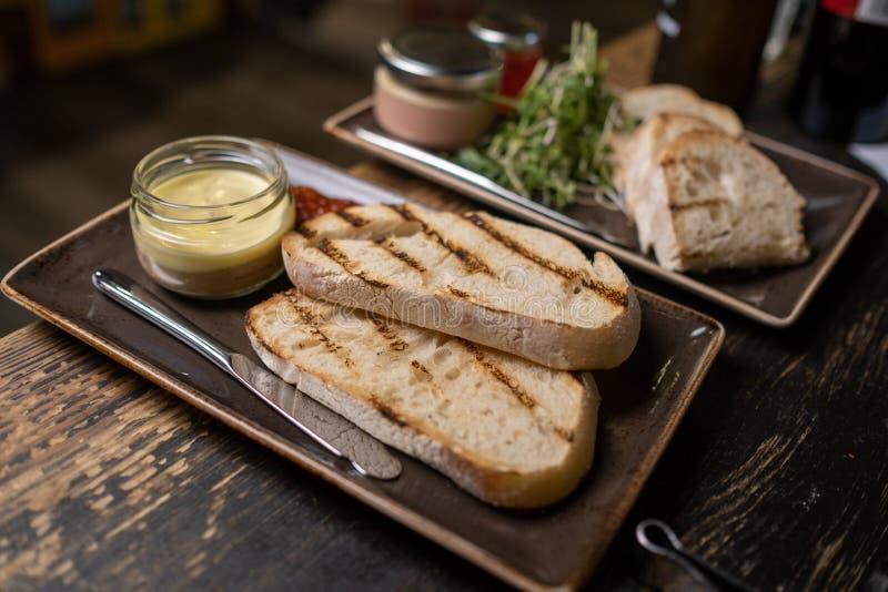 Pasta de fígado da galinha no frasco e no pão, foco seletivo imagem de stock royalty free