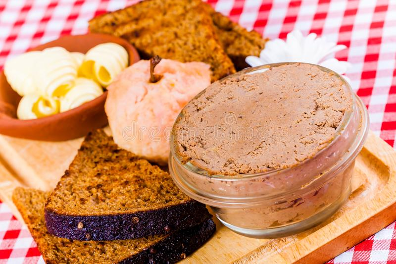 Pasta de fígado da galinha, pão brindado, manteiga e maçã cozida imagem de stock
