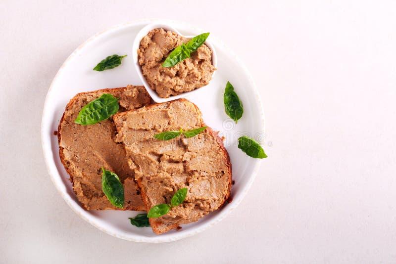 Pasta de fígado da galinha sobre fatias do pão imagem de stock royalty free
