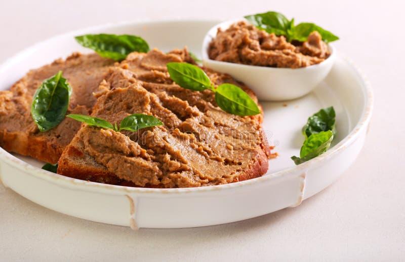 Pasta de fígado da galinha sobre fatias do pão imagem de stock