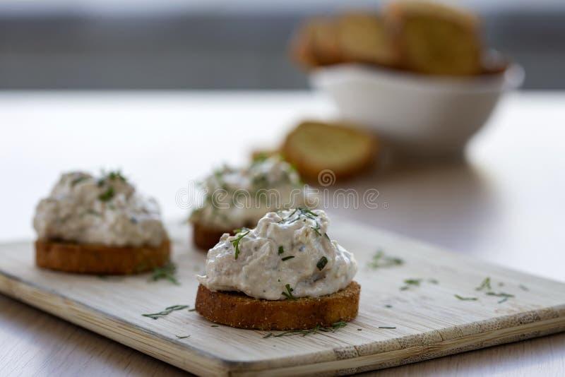 Pasta de frango em pão cozido fotografia de stock