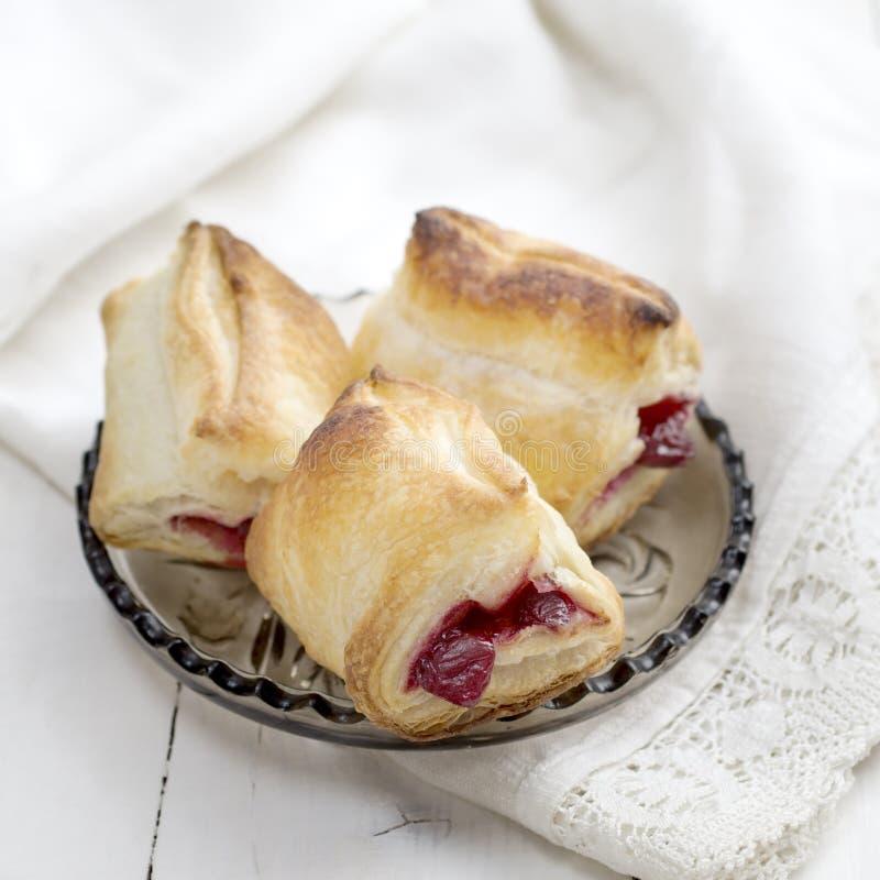 Pasta de hojaldre Cherry Turnovers en el escritorio fotografía de archivo libre de regalías