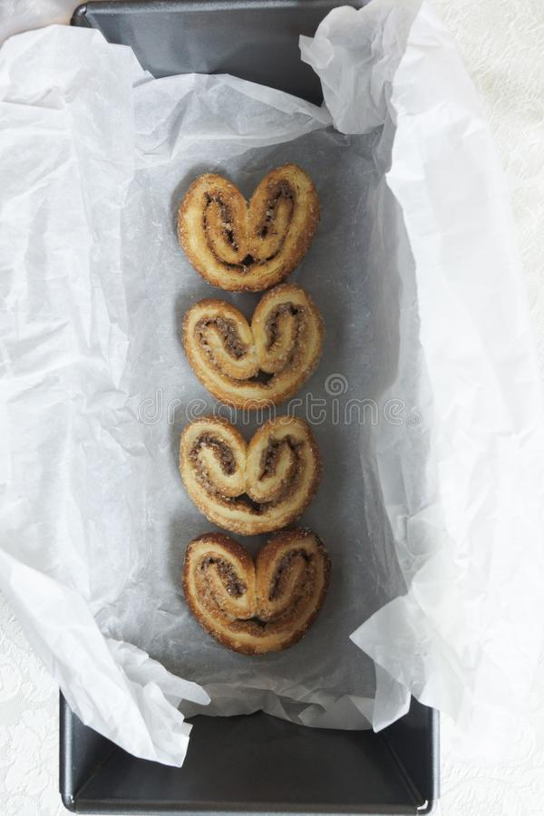 Pasta de hojaldre con canela y azúcar imagen de archivo