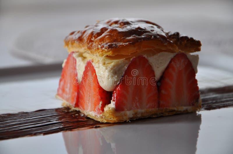 Pasta de hojaldre con las fresas y mascarpone fotos de archivo