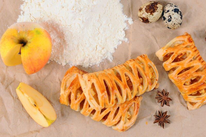 Pasta de hojaldre con las manzanas y el canela Postre delicioso con las manzanas y el canela imagen de archivo