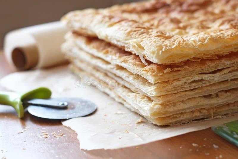 Pasta de hojaldre en la fabricación imagen de archivo