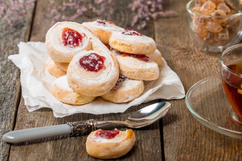 Pasta de hojaldre hecha en casa de las galletas de la jalea con el atasco rojo foto de archivo libre de regalías