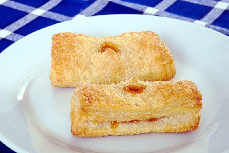 Pasta de hojaldre hecha en casa de las tortas con el relleno del albaricoque fotos de archivo libres de regalías
