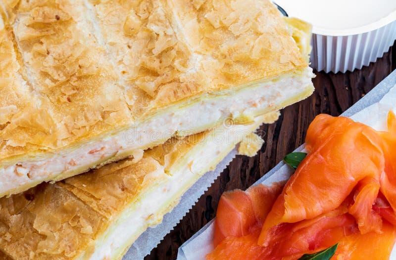 Pasta de hojaldre de la empanada de color salm?n y del queso fresco Con los ingredientes naturales fotos de archivo