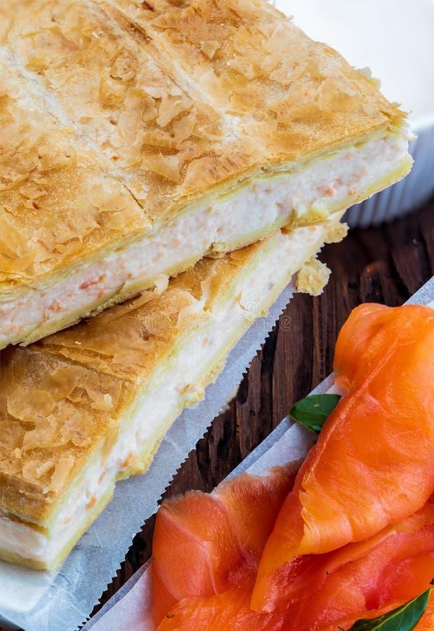 Pasta de hojaldre de la empanada de color salm?n y del queso fresco Con los ingredientes naturales foto de archivo libre de regalías