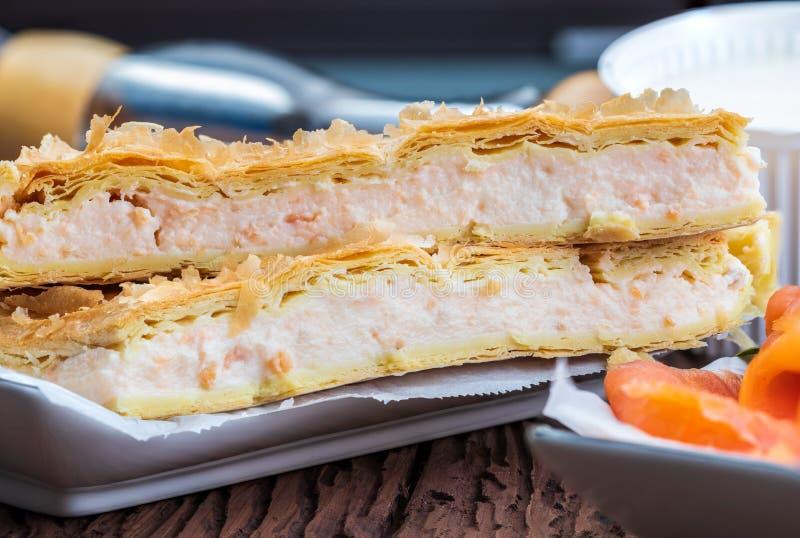 Pasta de hojaldre de la empanada de color salm?n y del queso fresco Con los ingredientes naturales imagenes de archivo