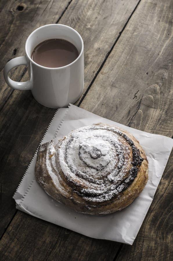 Pasta de hojaldre llenada de la semilla y del café de amapola imagen de archivo
