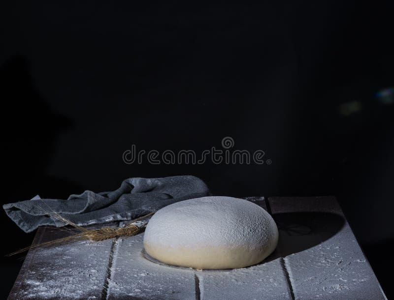Pasta de levadura subida para el pan o la pizza imagenes de archivo