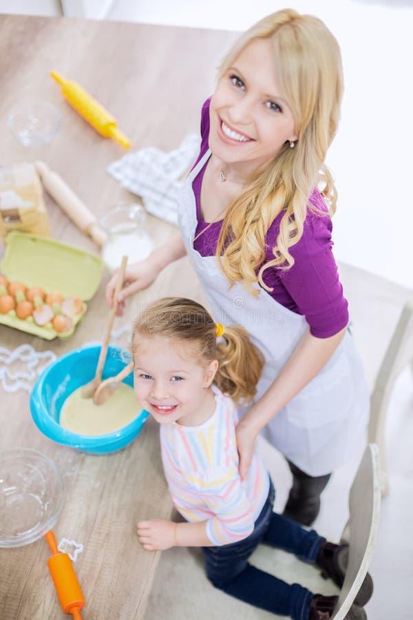 Pasta de mezcla de la madre y de la hija fotos de archivo