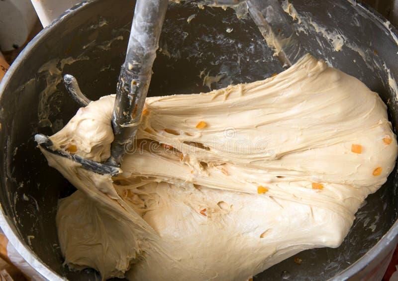 Pasta de mezcla en una panadería imagen de archivo