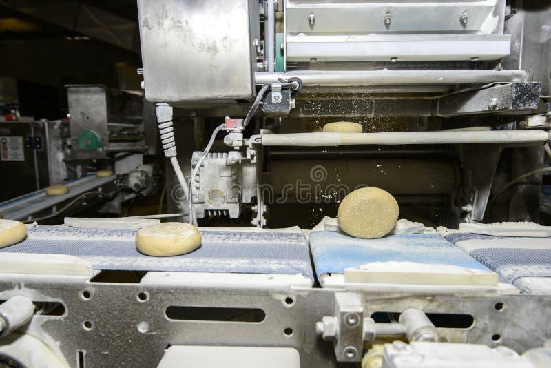 Pasta de pan que corre en la banda transportadora imagenes de archivo
