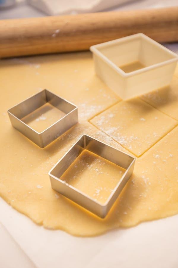 Pasta de pasteles a hacer una tarta fotos de archivo libres de regalías