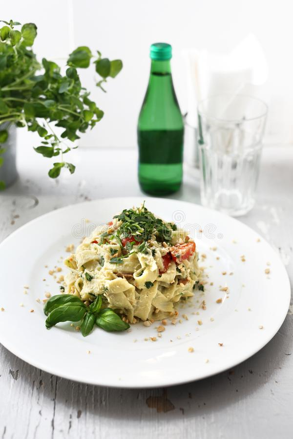 Pasta degli spaghetti con il cavolfiore e gli spinaci Piatto su una zolla bianca immagine stock libera da diritti