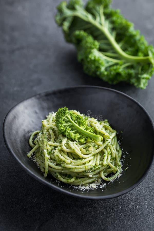 Pasta degli spaghetti con la salsa ed il parmigiano di pesto del cavolo immagini stock libere da diritti