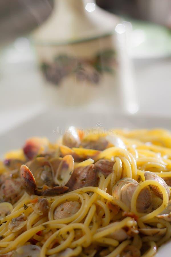 Pasta degli spaghetti delle vongole nel fondo del bokeh senza la scenetta immagini stock libere da diritti