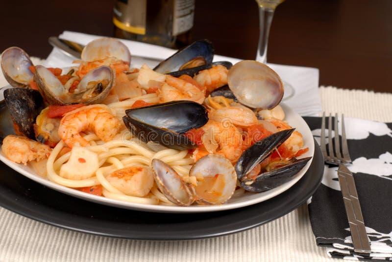 Pasta dei frutti di mare fatta con la pasta di bucatini fotografia stock libera da diritti