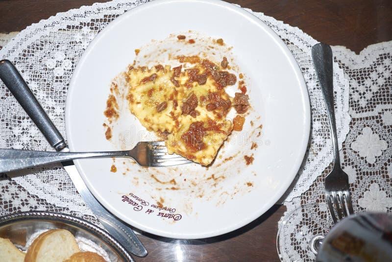 Pasta dei ravioli con salsa bolognese fotografia stock