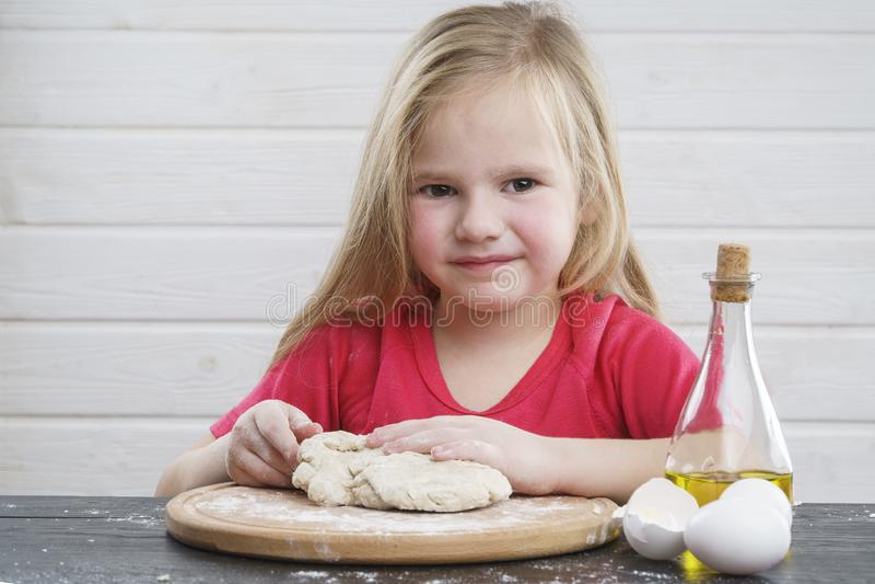 Pasta del bebé cocinero Desarrollo del niño imagenes de archivo