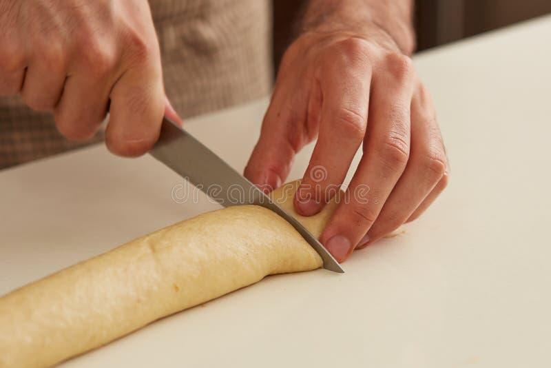 Pasta del bollo de leche del corte del panadero fotos de archivo libres de regalías