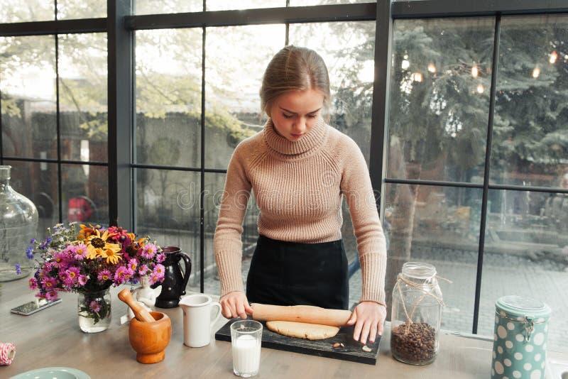 Pasta del desarrollo de la mujer joven en cocina imagenes de archivo