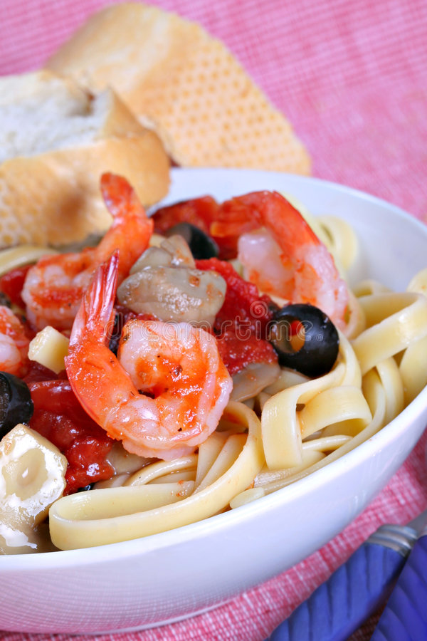 Pasta del Fettuccine con il piatto e Mushr del pranzo del gambero fotografia stock libera da diritti
