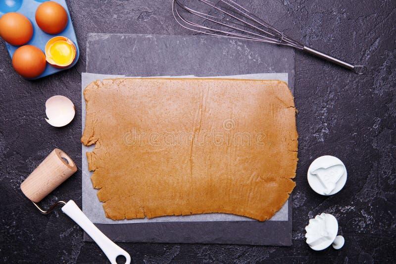 Pasta del jengibre para las galletas y los moldes bajo la forma de cohete y extranjero fotografía de archivo