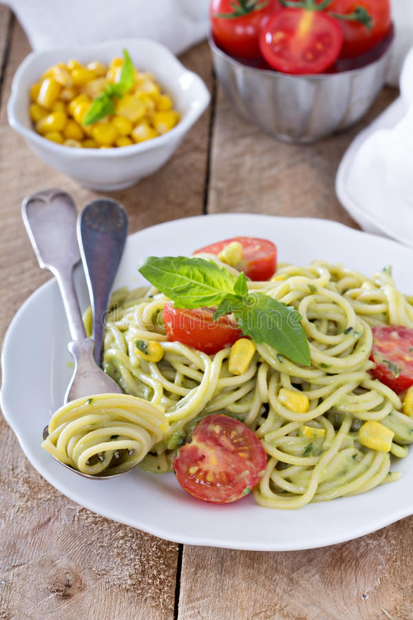 Pasta del vegano con la salsa dell'avocado fotografia stock