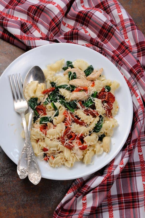 Pasta dell'insalata con il pollo immagini stock