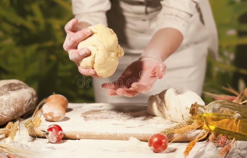 Pasta della preparazione del pomodoro del cuoco del burro della pasta della farina di ricetta delle mani del panettiere delle don fotografia stock