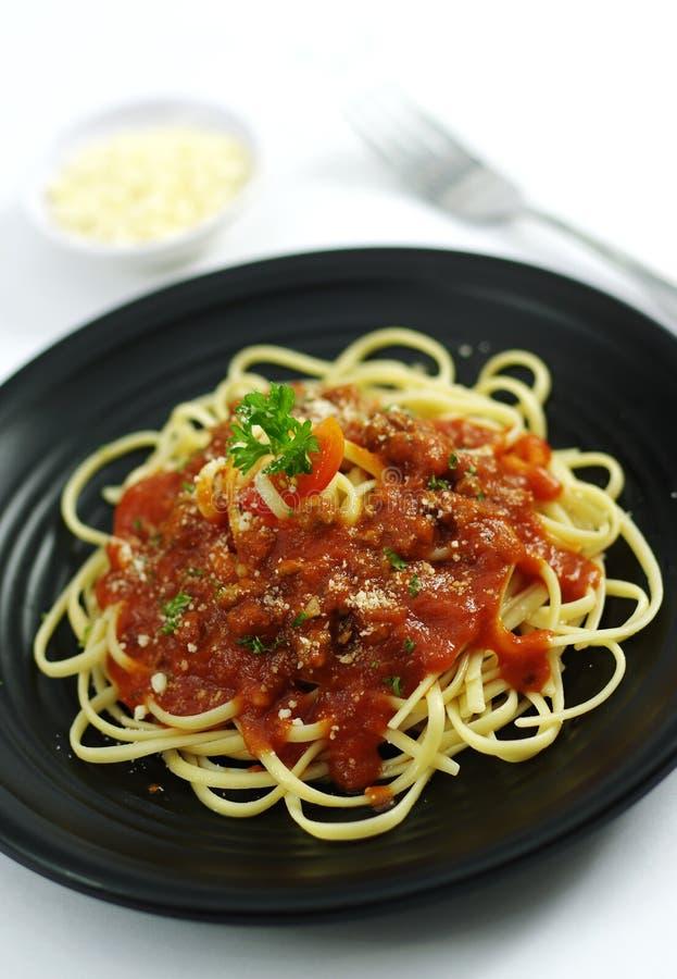 Pasta della tagliatella di ramen degli spaghetti con la salsa di pomodori sul piatto nero fotografia stock