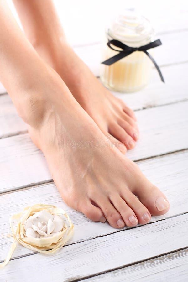 Pasta dello zucchero, cura delle gambe femminili immagini stock