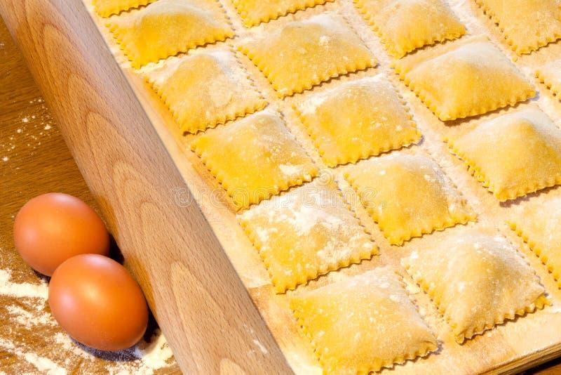 Pasta di Agnolotti con le uova ed il manzo fotografia stock