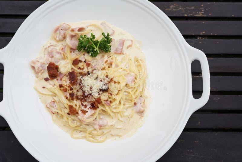 Pasta di carbonara degli spaghetti sulla tavola di legno fotografia stock