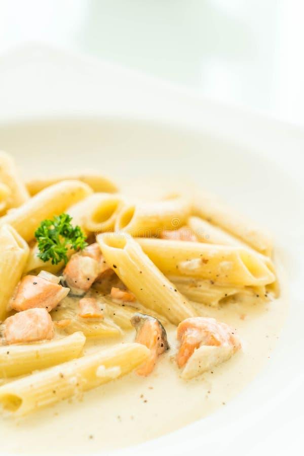 Pasta di carbonara di Penne con il salmone fotografia stock libera da diritti
