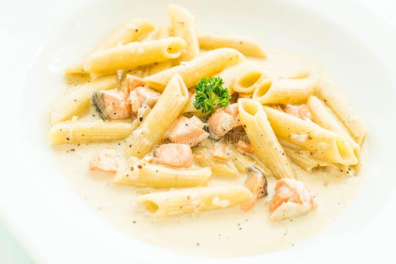 Pasta di carbonara di Penne con il salmone immagine stock libera da diritti