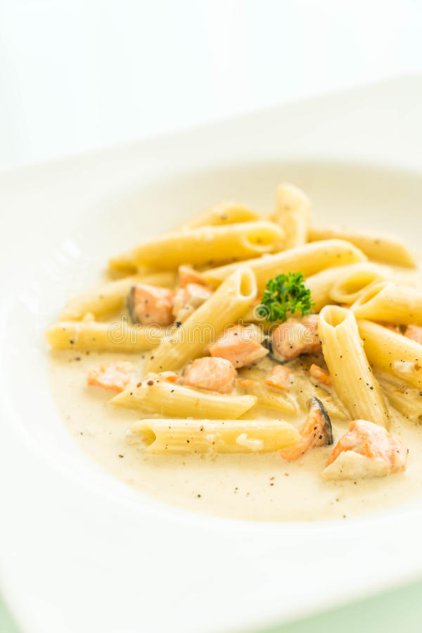 Pasta di carbonara di Penne con il salmone fotografie stock libere da diritti