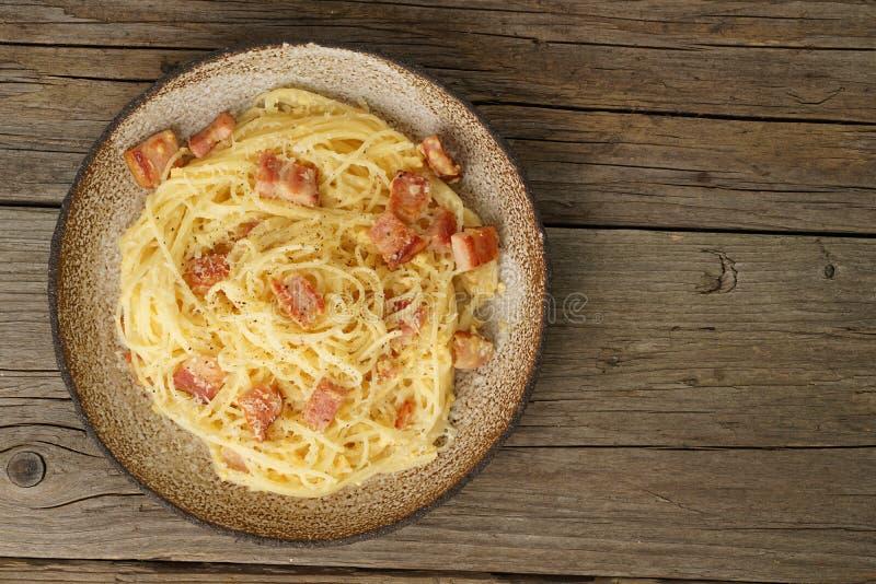 Pasta di Carbonara Spaghetti con bacon, uovo, parmigiano Cucina italiana tradizionale Vista superiore, spazio della copia fotografie stock