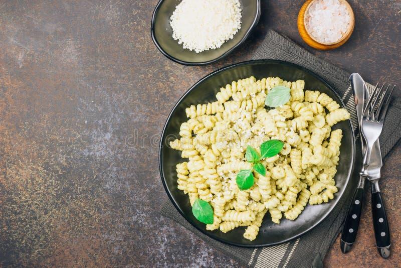 Pasta di Fusilli con basilico, la salsa di pesto ed il parmigiano immagini stock
