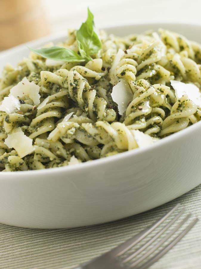 Pasta di Fusilli condetta in Pesto immagine stock libera da diritti