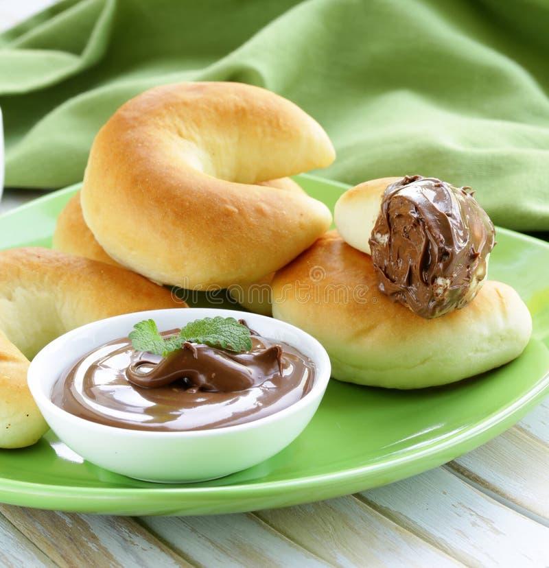 Pasta di nocciole del cioccolato (nutella) per la prima colazione con pane immagine stock libera da diritti