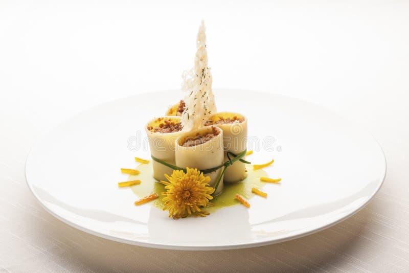 Cucina italiana creativa: piatto elegante della pasta di paccheri immagine stock