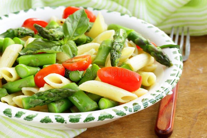 Pasta di Penne con i pomodori e l'asparago fotografia stock libera da diritti