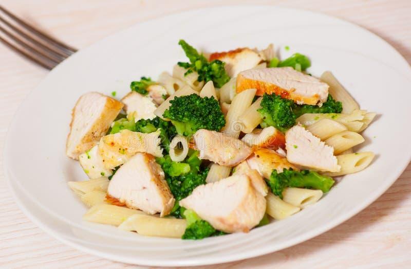 Pasta di Penne con il pollo ed i broccoli immagini stock