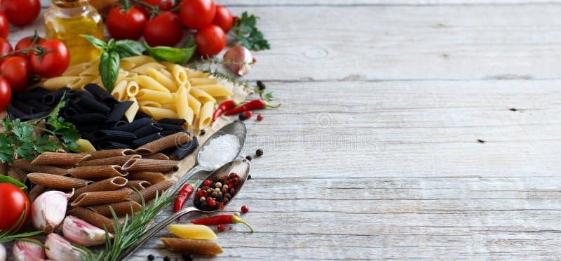 Pasta di Penne con le verdure, le erbe e l'olio d'oliva immagine stock