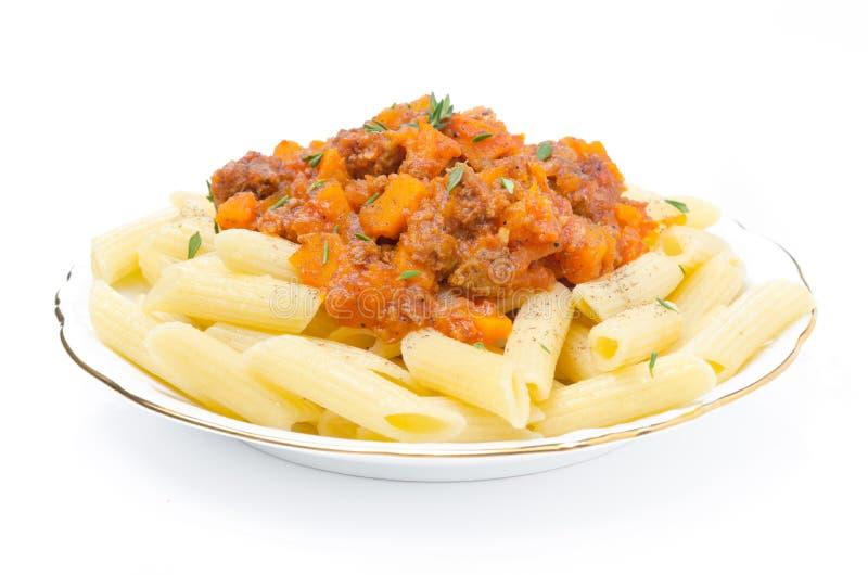 Pasta di Penne con salsa di manzo, del pomodoro e della zucca isolati fotografia stock libera da diritti